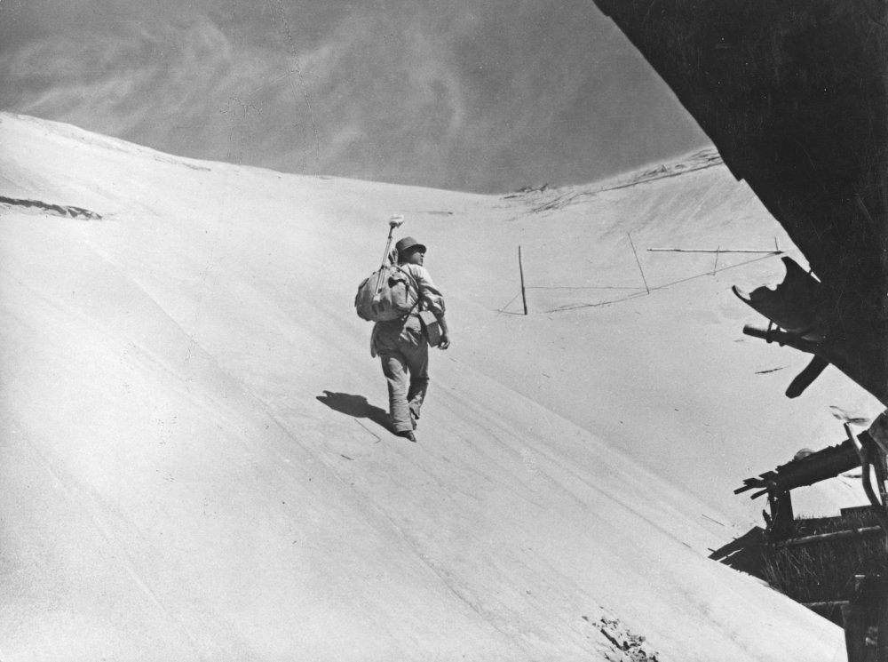 woman-of-the-dunes-1964-001-eiji-okada-long-back-shot
